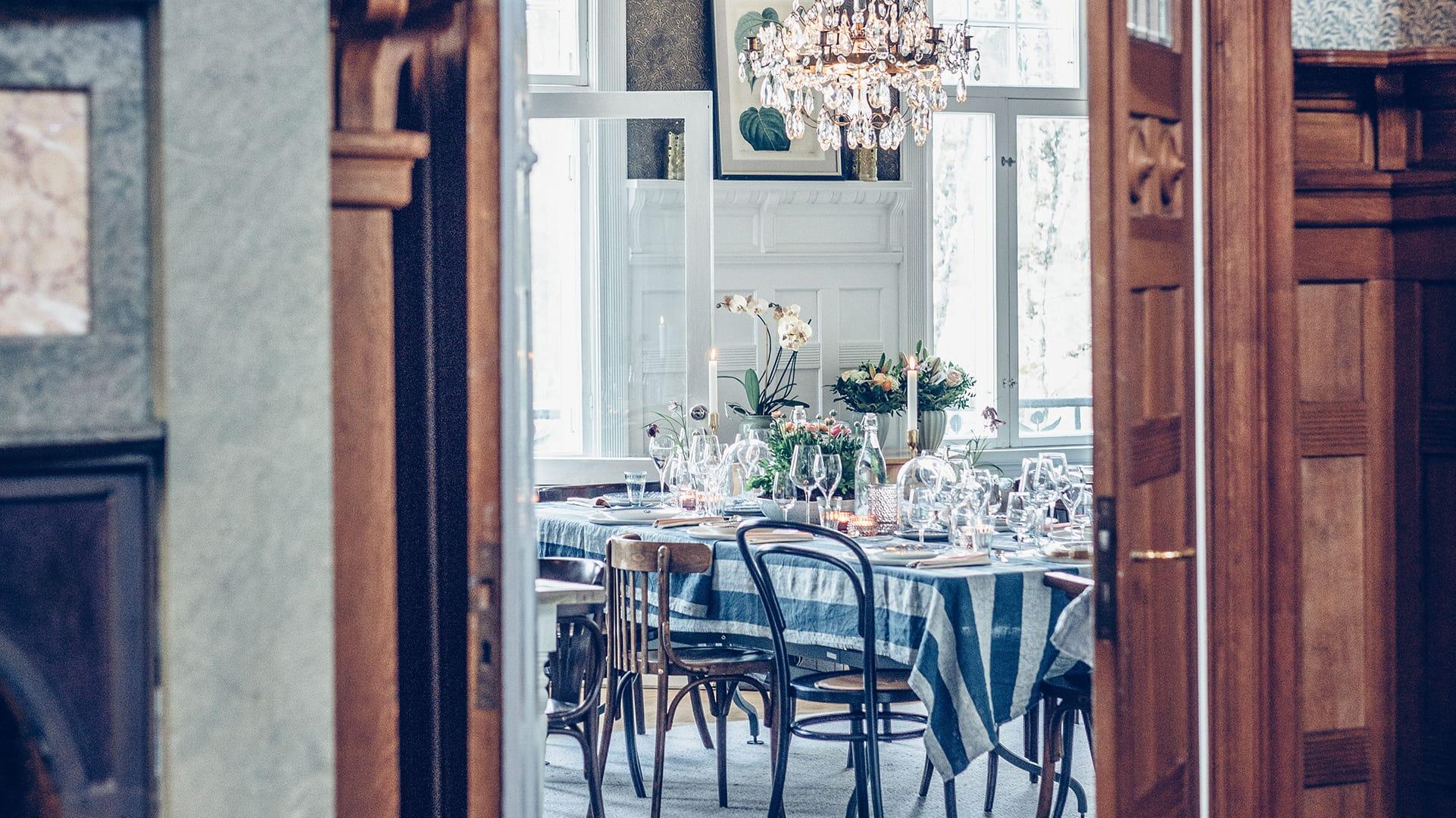 Dukat bord i festlokal Villa Strömsfors